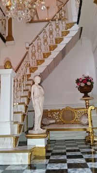 This fabulous staircase by Tina Nicholas uses BS1 splats, PE7 pedestal, BSN1 metal newel, stairbrackets SB1R and the statue Autumn on a PE10 pedestal